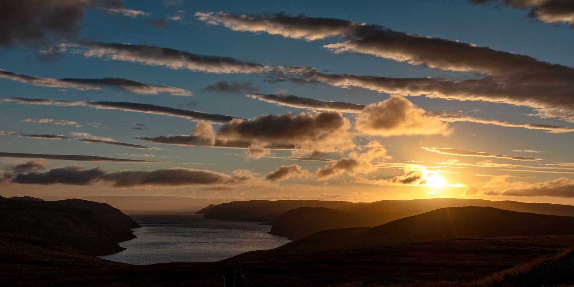 - Il sole di Mezzanotte sopra l'isola di CapoNOrd a pochi Km dal famoso monumento che identifica il punto più estremo del Capo stesso -